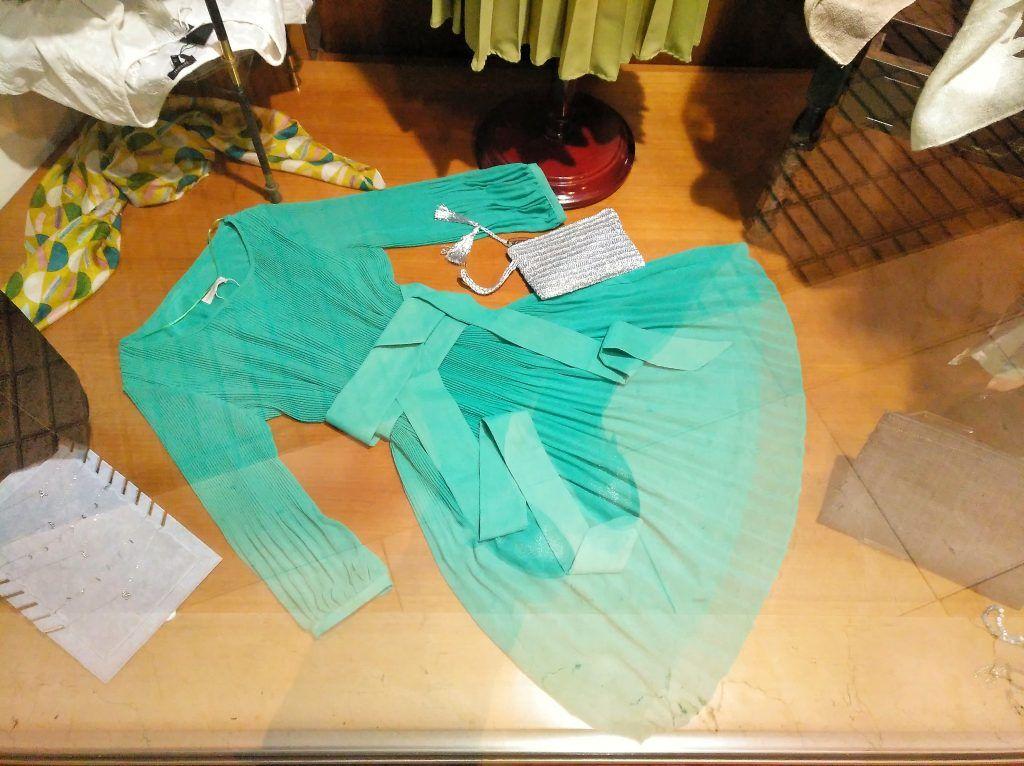 vestido verde plisado Laura Moda